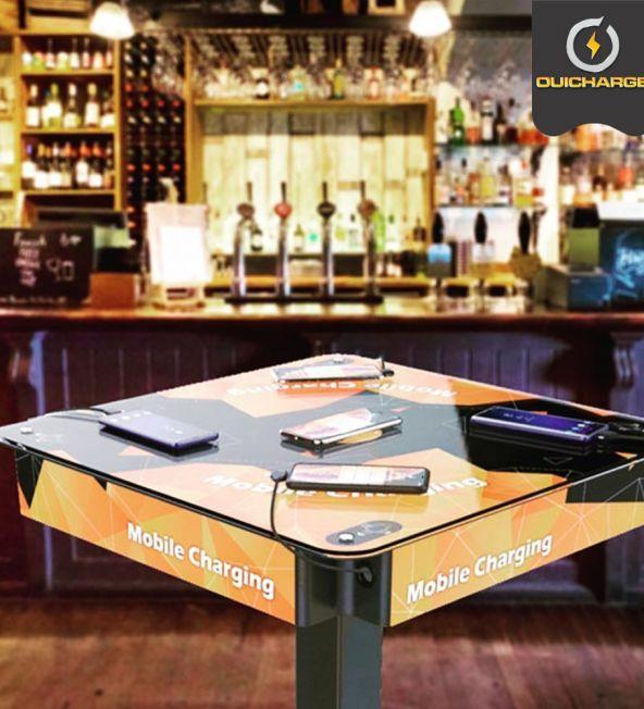 Power-table-avec-câbles-de-recharge-téléphone-intégrés